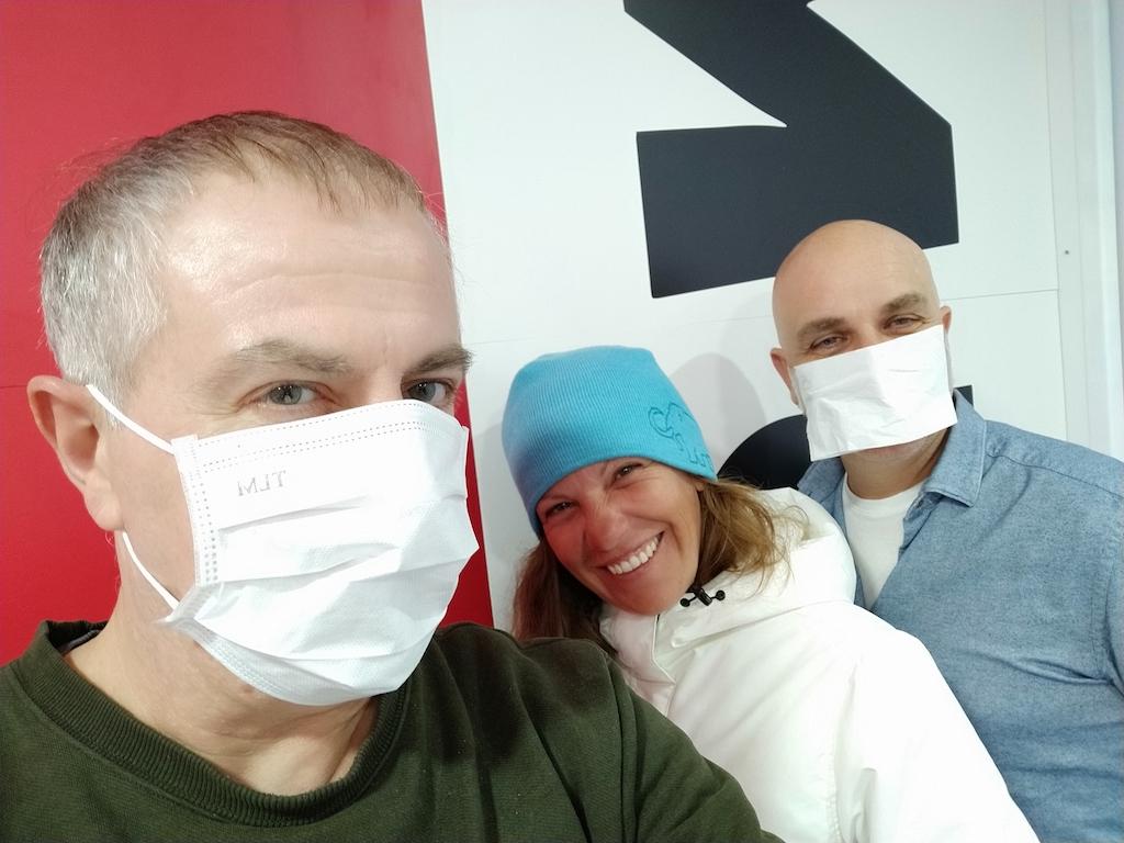 En Jordi Casas, l'Adriana i en Joan Manel Parramon amb mascareta als estudis de la GUM.
